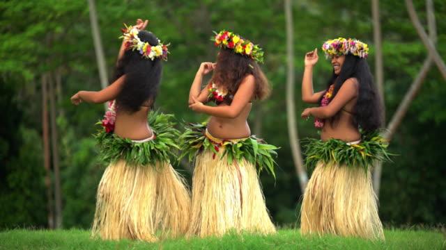 vidéos et rushes de polynesian female dancers entertaining barefoot in traditional costume - grâce