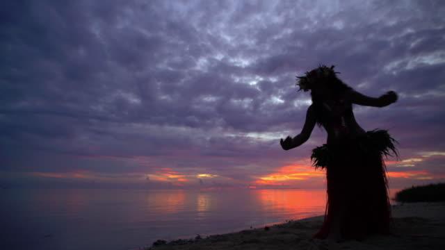 vidéos et rushes de polynesian female dancing barefoot on beach at sunset - grâce