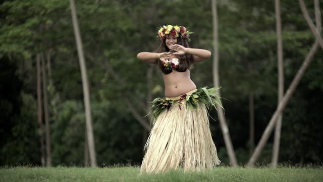 vidéos et rushes de polynesian female hula dancer barefoot in traditional costume - grâce