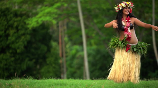 polynesian female hula dancer entertaining in traditional costume - polynesischer abstammung stock-videos und b-roll-filmmaterial