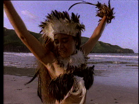 vídeos de stock, filmes e b-roll de polynesian girl wearing feathers performing tropic bird dance on sand - territórios ultramarinos franceses