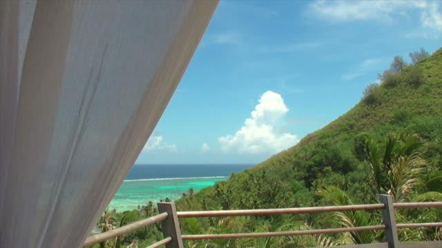 Polynesische Landschaft hinter weißen Vorhang