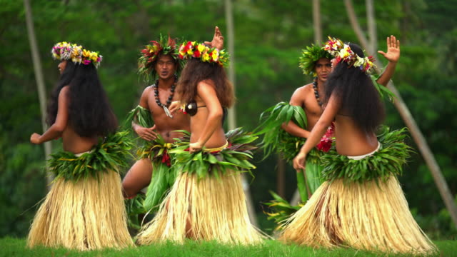 polynesian male and female barefoot dancers south pacific - pazifikinsulaner stock-videos und b-roll-filmmaterial