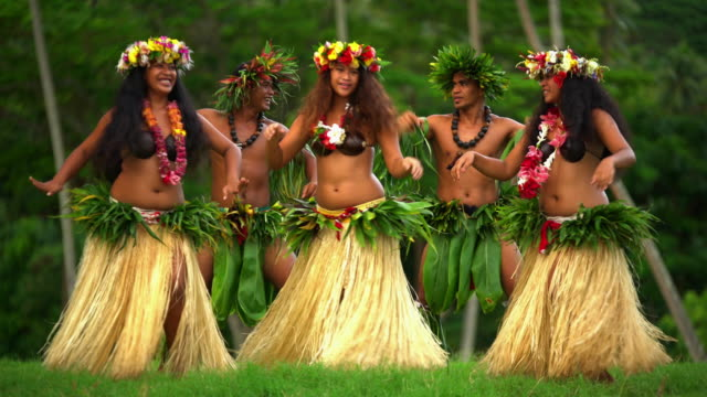 vídeos de stock e filmes b-roll de polynesian male and female barefoot dancers south pacific - dança da guerra
