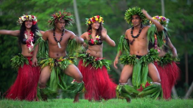 vídeos de stock e filmes b-roll de polynesian male and female dancers in traditional costume - dança da guerra