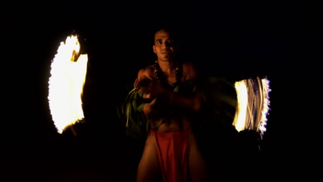 polynesian male dancer performing art of fire dancing - tahiti video stock e b–roll