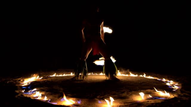 vídeos de stock e filmes b-roll de polynesian male dancer performing in ring of fire - cultura taitiana