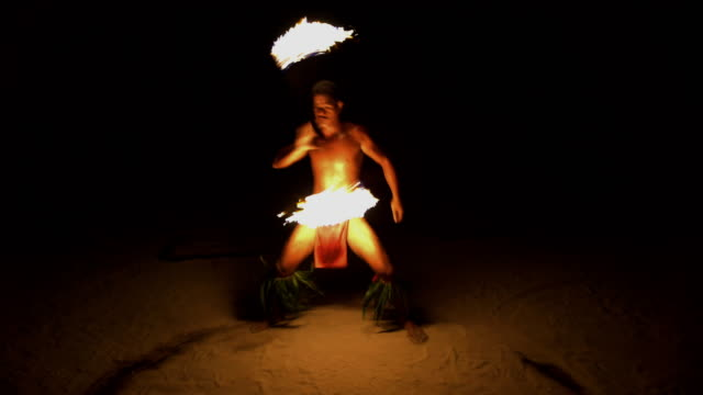 stockvideo's en b-roll-footage met polynesian male fire dancer performing art of fire - tahiti