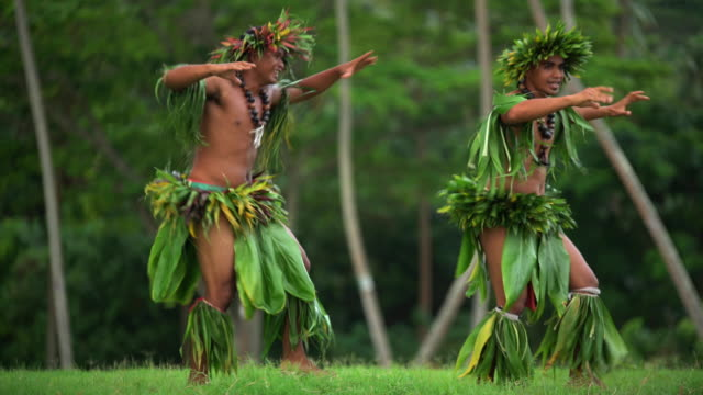 vidéos et rushes de polynesian male warrior dancers entertaining in traditional costume - grâce