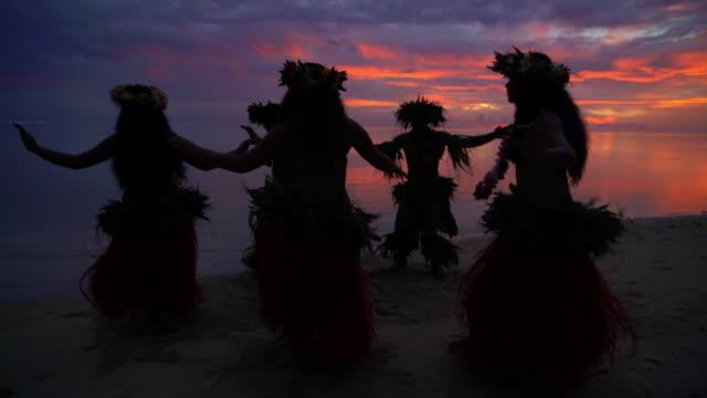 vídeos de stock e filmes b-roll de polynesian males and female dancers on sunset beach - dança da guerra