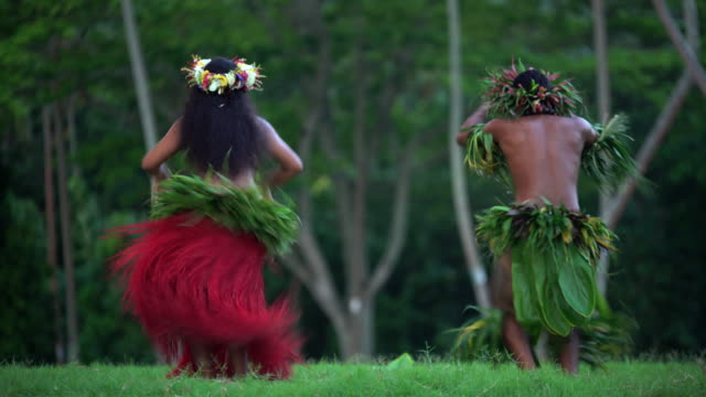 polynesian man in warrior dress entertaining barefoot outdoors - headdress stock videos & royalty-free footage