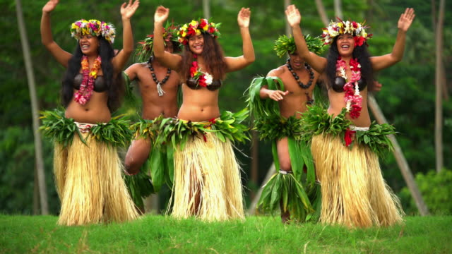 polynesian men and girls hula dancing french polynesia - pazifikinsulaner stock-videos und b-roll-filmmaterial