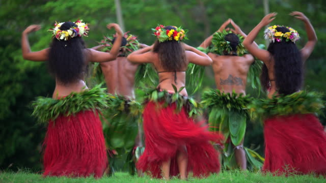 polynesian men in warrior dress entertaining barefoot outdoors - headdress stock videos & royalty-free footage