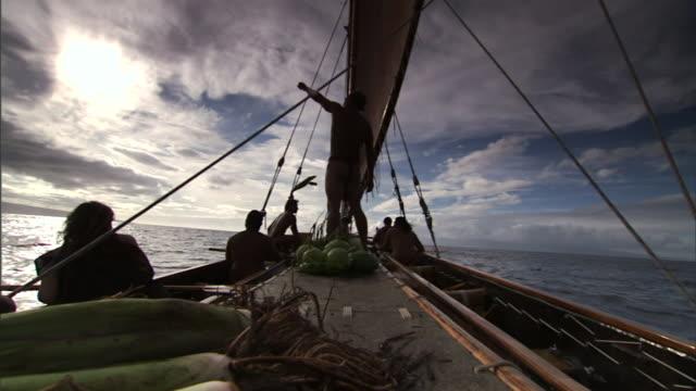 polynesian men ride in a canoe on their way to hawaii. - polynesiskt ursprung bildbanksvideor och videomaterial från bakom kulisserna