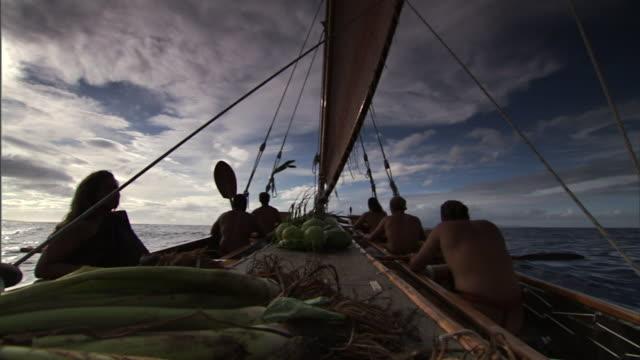 polynesian men ride in canoes as they emigrate to hawaii. - polynesiskt ursprung bildbanksvideor och videomaterial från bakom kulisserna