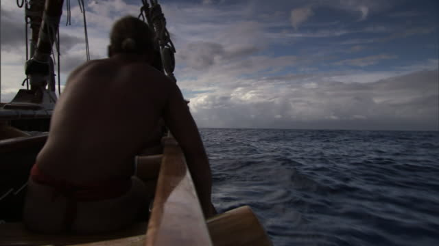 polynesian men row a canoe through the pacific ocean in pursuit of emigrating to hawaii. - polynesian ethnicity stock videos & royalty-free footage