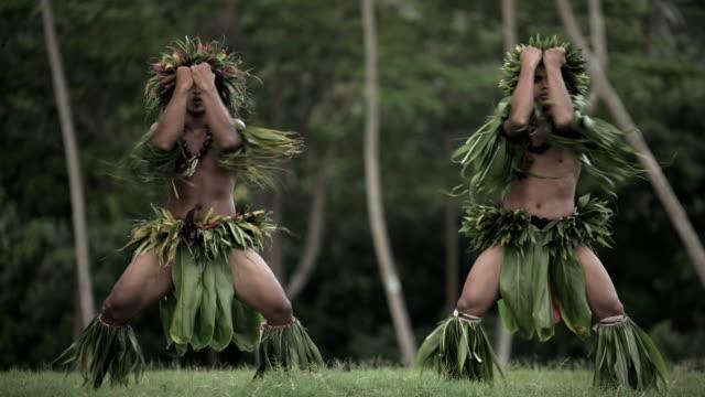 vídeos de stock e filmes b-roll de polynesian tahitian males performing war dance outdoors barefoot - dança da guerra