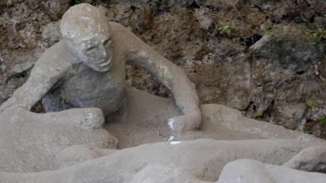 vídeos de stock e filmes b-roll de pompeii body cast of a victm - cadáver