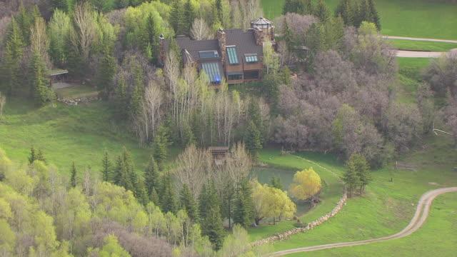 vídeos de stock e filmes b-roll de cu aerial zo pond and robert redford villa at sundance resort / utah, united states - robert redford
