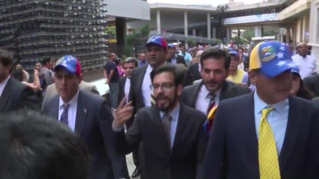 poniendo fin a la hegemonia chavista de 17 anos en venezuela la oposicion asume este martes el mando del parlamento en un pais sumido en una severa... - politica stock videos & royalty-free footage