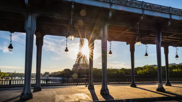 pont de bir-hakeim and eiffel tower - pont de bir hakeim stock videos & royalty-free footage