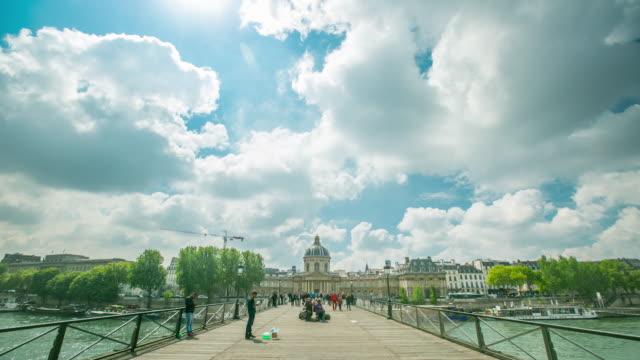 vidéos et rushes de pont des arts romance pont. beaucoup de couple viennent à cet endroit - chain bridge suspension bridge