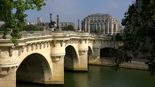 pont neuf and seine river, paris, ile de france, france - ポンヌフ点の映像素材/bロール