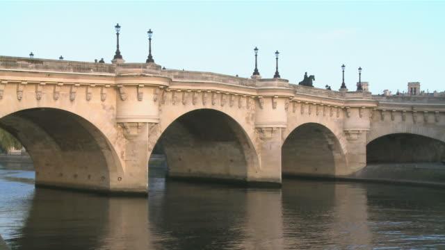 ws pont neuf bridge over seine river / paris, ile de france, france - ポンヌフ点の映像素材/bロール