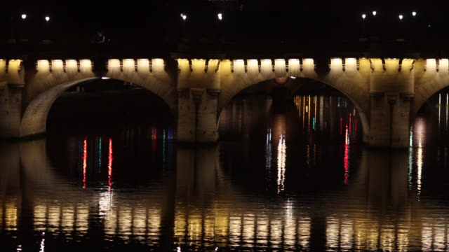 pont neuf is reflected on the seine at the start of the new curfew. the new curfew is from 9 p.m. to 6 a.m. in nine metropolises, announced by the... - ポンヌフ点の映像素材/bロール