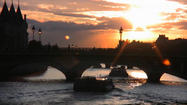pont neuf セーヌ川のパリで - ポンヌフ点の映像素材/bロール