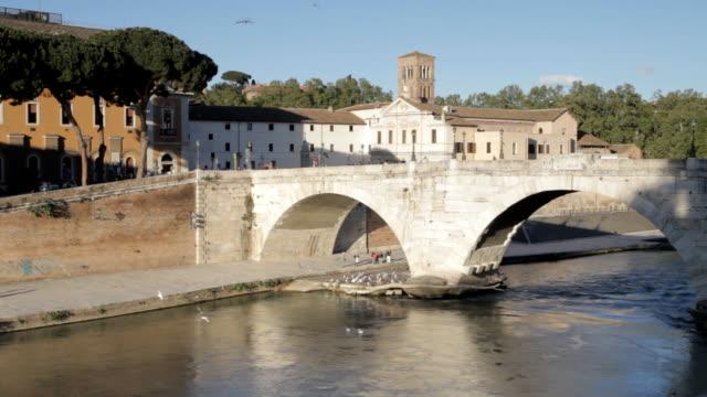 stockvideo's en b-roll-footage met ponte cestio over the river tiber, rome. - ponte