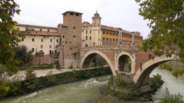 ws ponte fabricio, river tiber, isola tiberina / rome, latium, italy - テベレ川点の映像素材/bロール