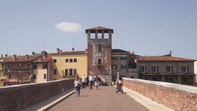 ponte pietra in the historic centre of verona, italy. - ponte stock-videos und b-roll-filmmaterial