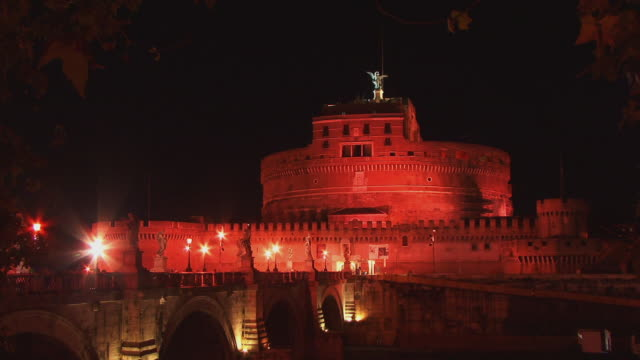 fast motion, ws, ponte sant angelo and castle sant'angelo illuminated at night, rome, italy - サンタンジェロ橋点の映像素材/bロール
