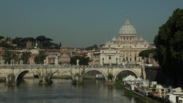 ws ponte sant angelo and st peter's basilica / rome, italy - サンタンジェロ橋点の映像素材/bロール