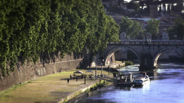 ponte sant'angelo and dock - サンタンジェロ橋点の映像素材/bロール