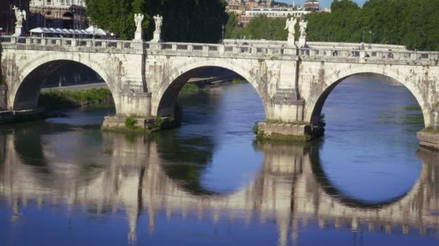ponte sant'angelo is reflected in the tiber river - サンタンジェロ橋点の映像素材/bロール