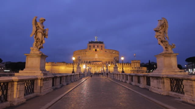 ws ponte sant'angelo with sculptures leading to castel sant'angelo at dusk / rome, lazio, italy - サンタンジェロ橋点の映像素材/bロール