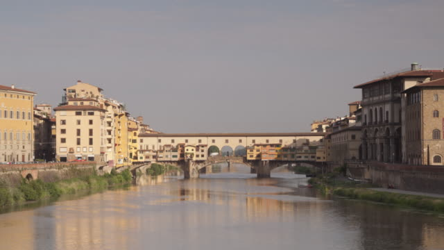 ponte vecchio and the river arno, florence, italy. - ponte stock-videos und b-roll-filmmaterial
