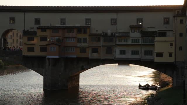 vídeos y material grabado en eventos de stock de mh ld ponte vecchio bridge / florence, italy - ponte