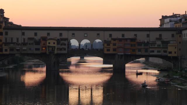 ponte vecchio, florence, italy - florenz italien stock-videos und b-roll-filmmaterial