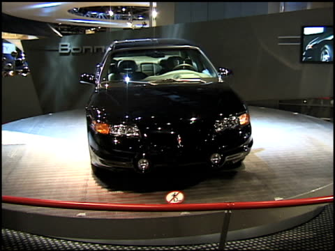 pontiac bonneville ssei revolvong on turntable / alt angle; bonneville sign is clearly visible in background 2000 pontiac bonneville ssei montage at... - ポンティアック点の映像素材/bロール