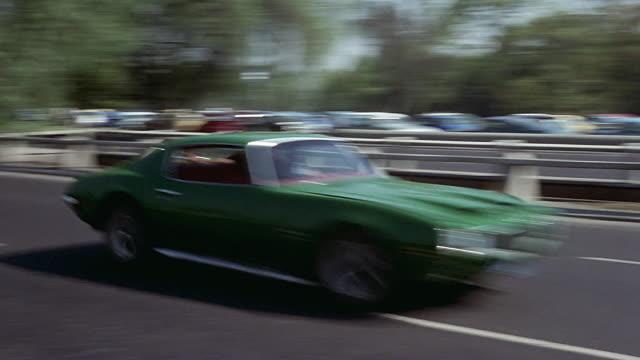 pontiac firebird speeding through the city - ポンティアック点の映像素材/bロール