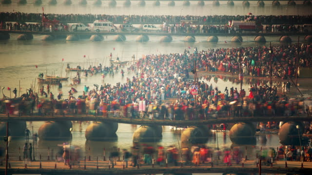 vídeos de stock e filmes b-roll de pontoon bridges at the kumbh mela hindu festival - 2013