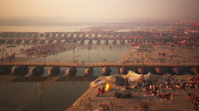 pontoon bridges stretch into the misty distance spanning the ganges - indien stock-videos und b-roll-filmmaterial