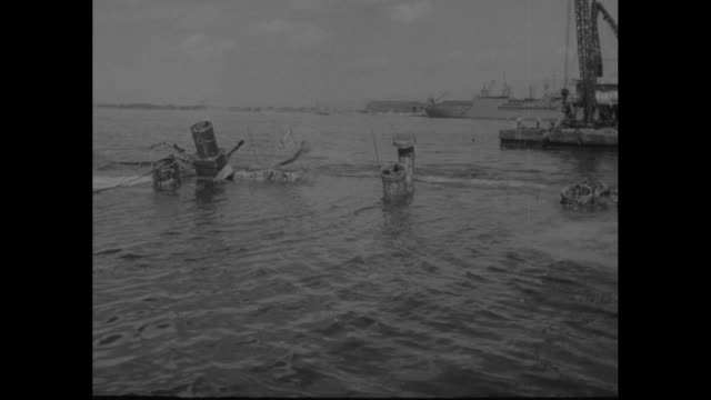 vidéos et rushes de pontoons rise from water at salvage operations for the uss oglala / tugboat / water shoots from deck of the uss west virginia as sailors stand by /... - vaisseau de guerre