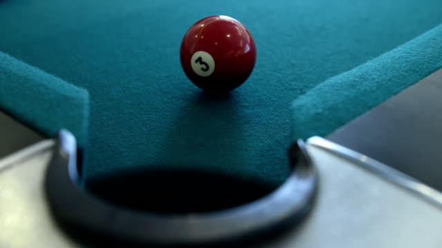 プールとビリヤードのゲーム - ショットを決める点の映像素材/bロール