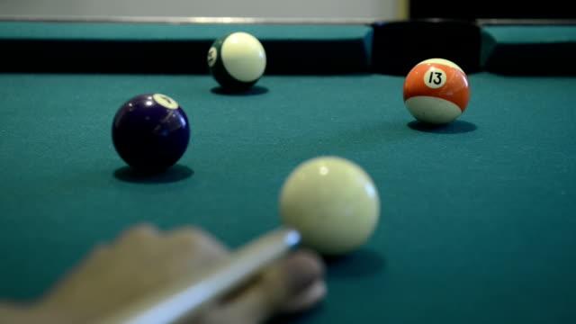 プールとビリヤードのゲーム - ビリヤード点の映像素材/bロール
