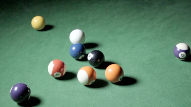 vídeos de stock e filmes b-roll de pool ball break shot, slow motion - mesa de bilhar