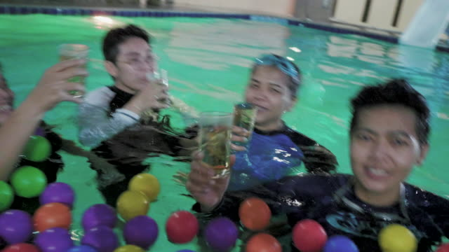 (REAL) Pool-Party am Abend
